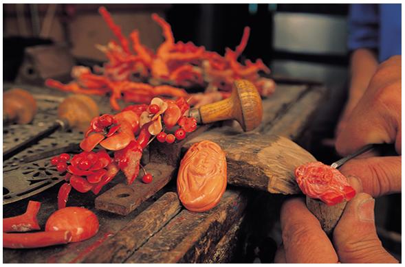 gioielli con corallo intagliato sculture