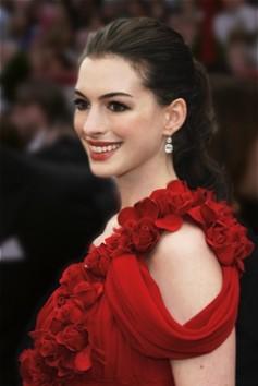 anne_hathaway_look prezioso rosso orecchini diamanti