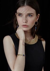 look prezioso abito nero gioielli oro