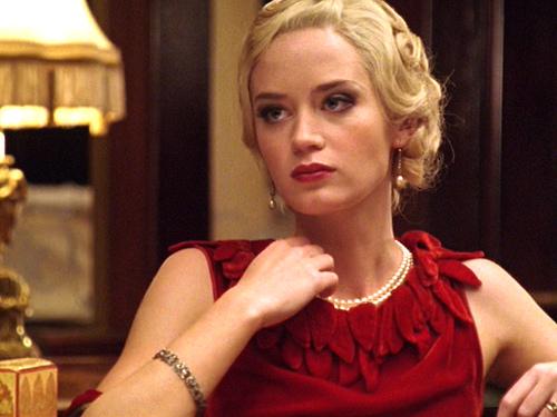 look prezioso gioielli abito rosso collana filo perle