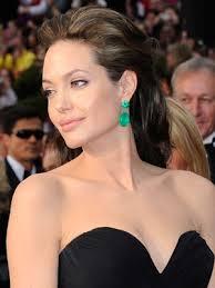 look prezioso orecchini smeraldi abito nero angelina jolie