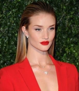 rosie-huntington-whiteley-con-giacca-e-rossetto-rosso look prezioso gioielli diamanti