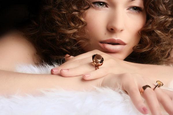 come scegliere anelli da indossare mano destra sinistra gioielli oro