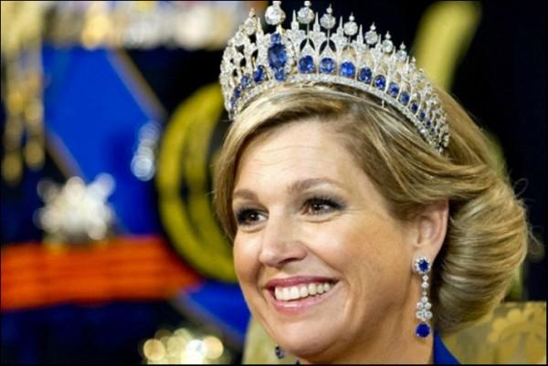 come scegliere i gioielli con zaffiri regina Maxima Olanda tiara diamanti