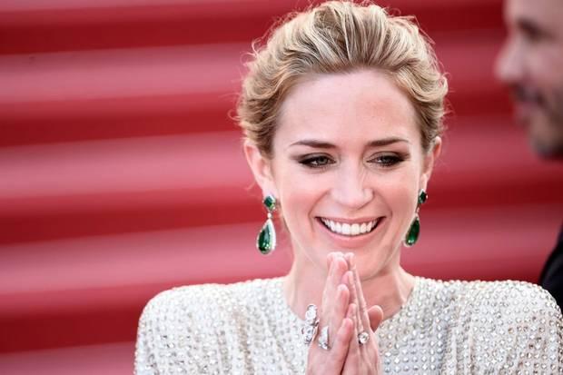 gioielli del festival di cannes 2015 emily blunt orecchini anna hu smeraldi diamanti oro