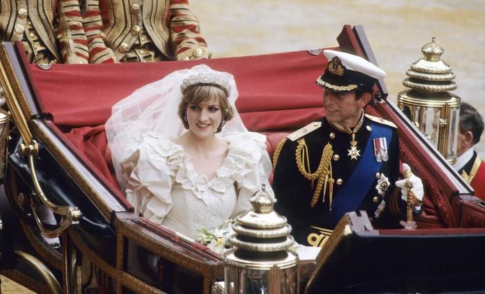 gioielli matrimoni reali lady diana spencer principe carlo d'inghilterra tiara spencer orecchini anello fidanzamento zaffiro diamanti