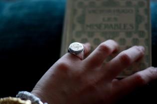 gioielli per neomamme anello lettera iniziale chevalier mignolo