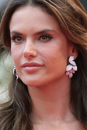 gioielli del festival di cannes 2015 alessandra ambrosio look orecchini pendenti diamanti