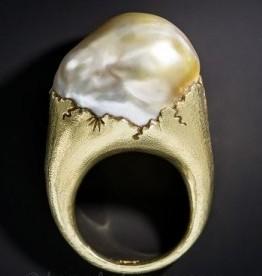 anello al mignolo chevalier perla barocca oro satinato gioielli